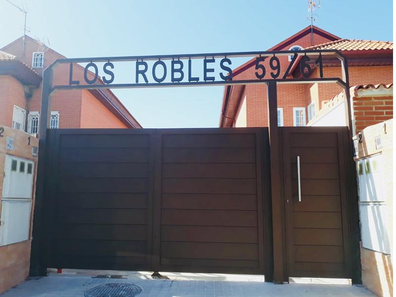 Puertas_aluminio_soldado_con cartel vivienda