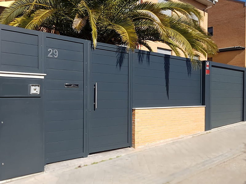 Cerrajería en aluminio soldado y puerta Hormann en Leganés (Madrid)